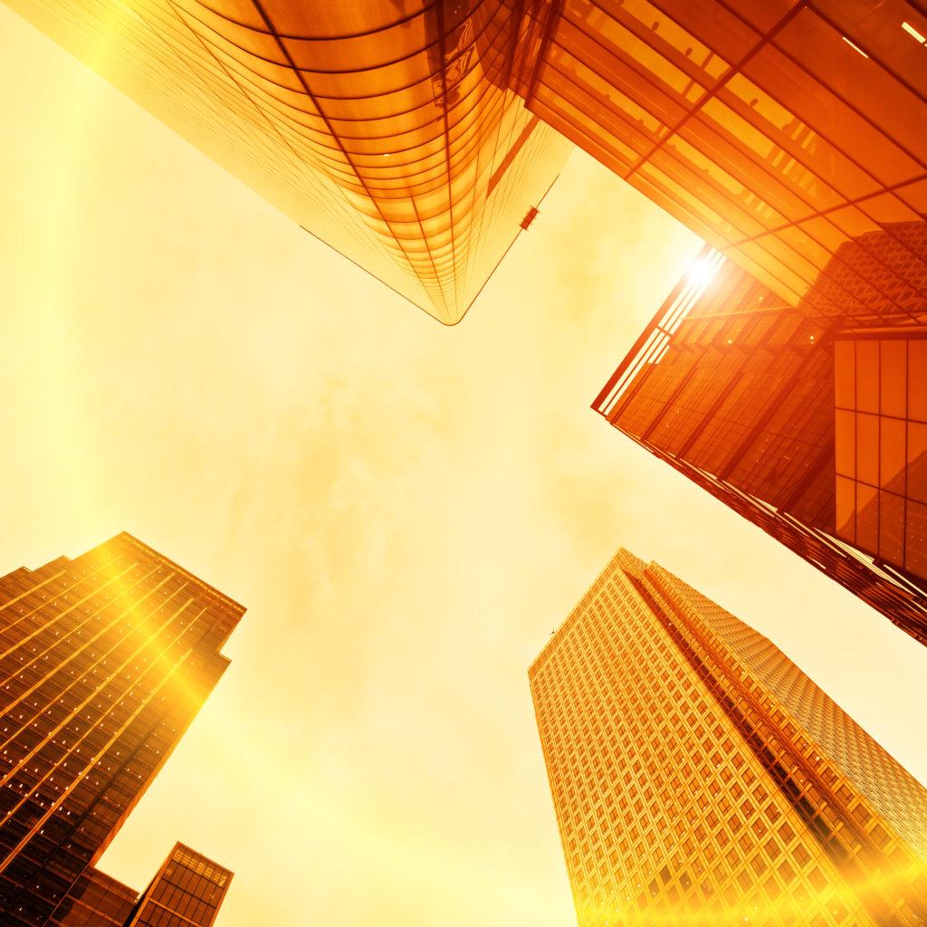 vue d'un ciel orangé et de facades de tours modernes