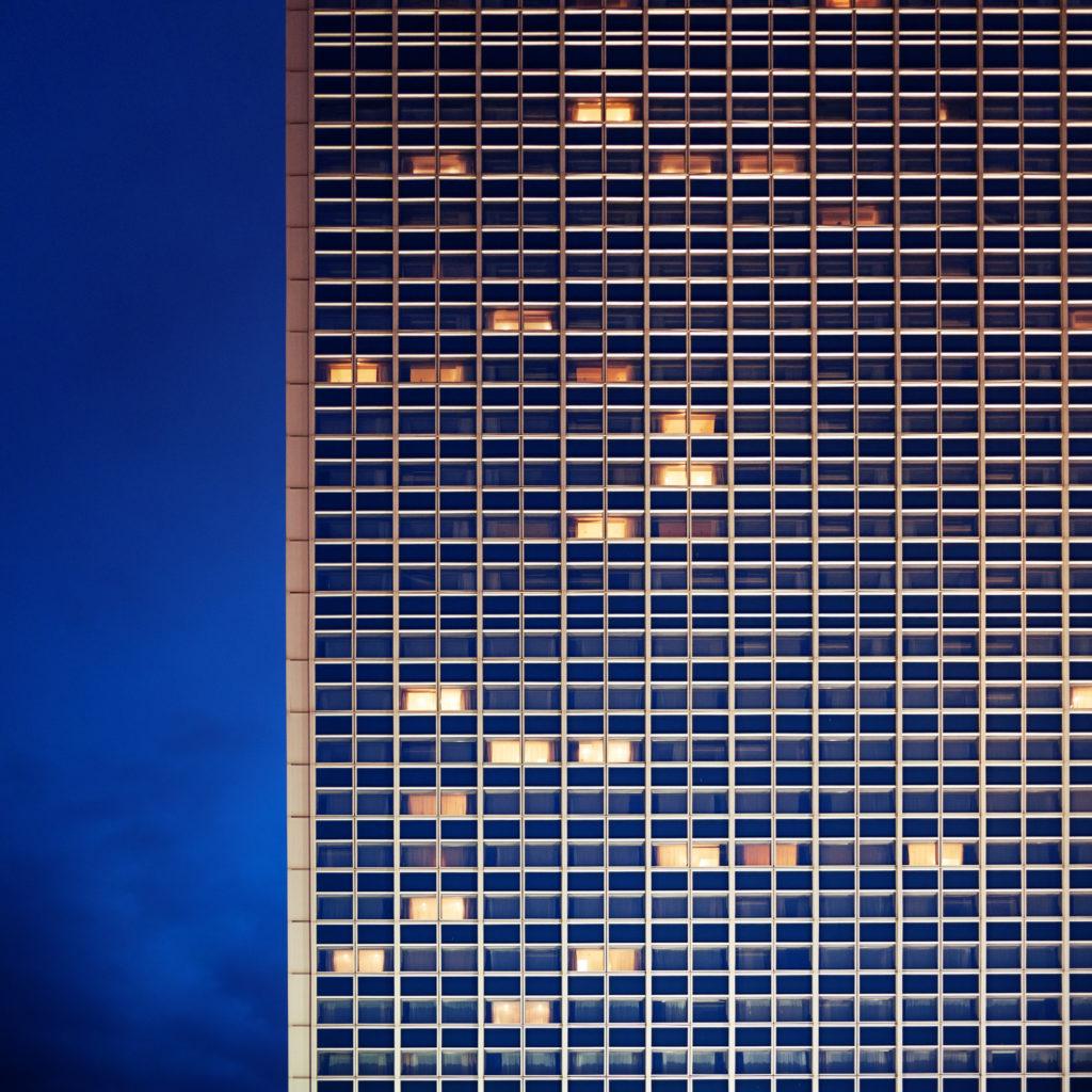 facade immeuble la nuit - fenêtre éclairée